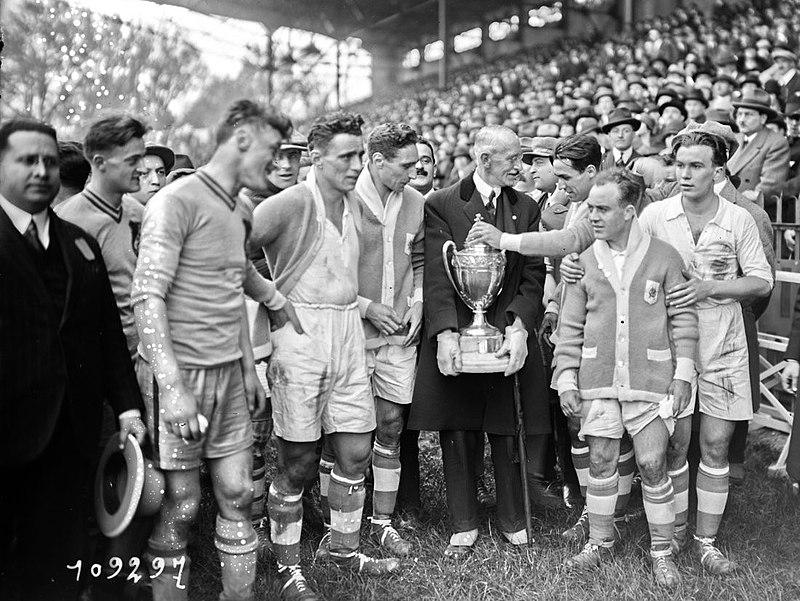 Olympique_de_Marseille_reçoit_la_Coupe_de_France_en_1926